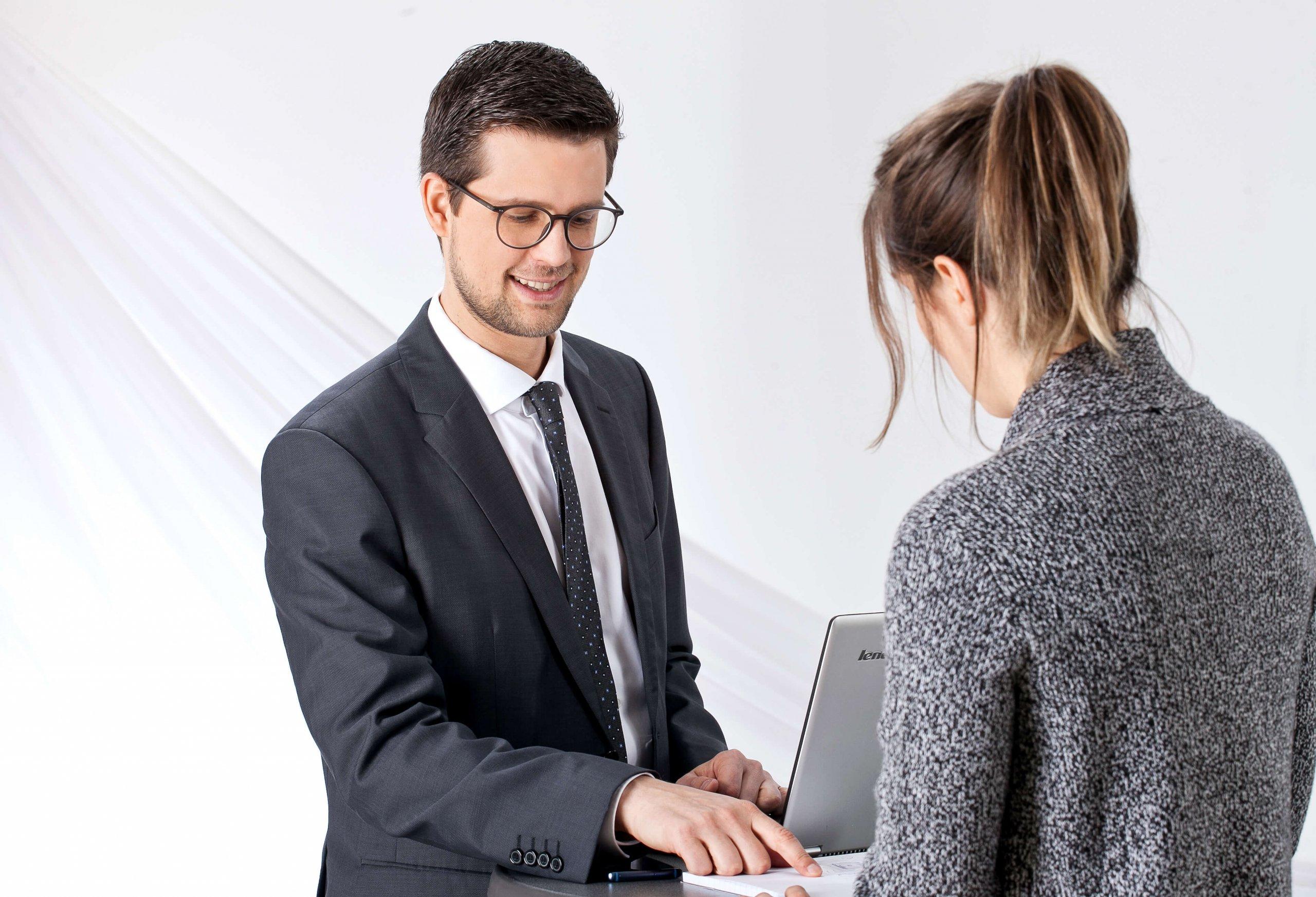 Dr. Oliver Peschel mit Klientin